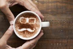 Πρόσωπο ατόμων σε ένα φλυτζάνι του cappuccino Στοκ Φωτογραφία