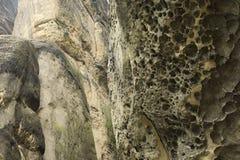 Πρόσωπο βράχου Holey φιαγμένο από ψαμμίτη στοκ φωτογραφίες