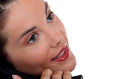 Πρόσωπο γυναίκας στο τηλέφωνο στοκ εικόνες