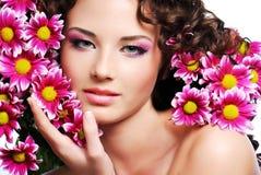 Πρόσωπο γυναικών με τα λουλούδια Στοκ φωτογραφία με δικαίωμα ελεύθερης χρήσης