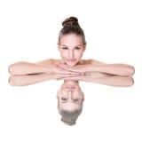 Πρόσωπο γυναικών ομορφιάς με την αντανάκλαση καθρεφτών Στοκ φωτογραφία με δικαίωμα ελεύθερης χρήσης