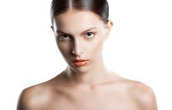 Πρόσωπο γυναικών ομορφιάς πορτρέτου Όμορφο πρότυπο κορίτσι με το τέλειο φρέσκο καθαρό δέρμα Νεολαία και γυναίκα πορτρέτου δερμάτω Στοκ Φωτογραφίες