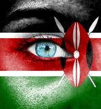 Πρόσωπο γυναικών που χρωματίζεται με τη σημαία της Κένυας στοκ φωτογραφία με δικαίωμα ελεύθερης χρήσης