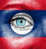 Πρόσωπο γυναικών που χρωματίζεται με τη σημαία του Λάος στοκ φωτογραφίες με δικαίωμα ελεύθερης χρήσης
