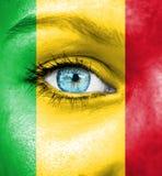 Πρόσωπο γυναικών που χρωματίζεται με τη σημαία του Μαλί στοκ εικόνα