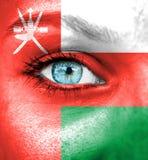 Πρόσωπο γυναικών που χρωματίζεται με τη σημαία του Ομάν στοκ φωτογραφία με δικαίωμα ελεύθερης χρήσης