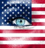 Πρόσωπο γυναικών που χρωματίζεται με τη σημαία των ΗΠΑ στοκ εικόνα
