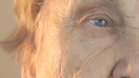 Πρόσωπο γυναικών ` s με τη διατάραξη του βλέμματος του προσώπου απόθεμα βίντεο