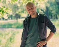 Πρόσωπο ενός γενειοφόρου χαμογελώντας φαλακρού ατόμου στο πάρκο Στοκ φωτογραφίες με δικαίωμα ελεύθερης χρήσης