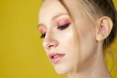 Πρόσωπο ενός νέου όμορφου κοριτσιού, έφηβος Πορτρέτο στούντιο στο κίτρινο υπόβαθρο στοκ εικόνες