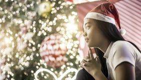Πρόσωπο εστίασης της ασιατικής δράσης γυναικείας σκέψης με την ελαφριά διακόσμηση νύχτας στα Χριστούγεννα και το νέο φεστιβάλ έτο στοκ φωτογραφίες με δικαίωμα ελεύθερης χρήσης