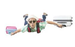 Πρόσωπο ευτυχίας του ασιατικού διακινούμενου ατόμου που πετά με το BA δύο αποσκευών Στοκ Εικόνες