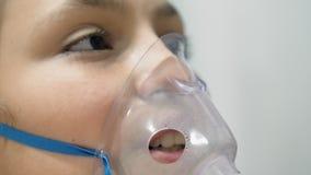Πρόσωπο εφήβου που εισπνέει μέσω inhaler της μάσκας απόθεμα βίντεο