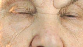 Πρόσωπο ηλικιωμένων γυναικών ` s με τη διατάραξη του βλέμματος του προσώπου απόθεμα βίντεο
