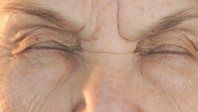 Πρόσωπο ηλικιωμένων γυναικών ` s με τη διατάραξη του βλέμματος του προσώπου φιλμ μικρού μήκους