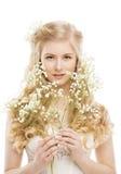 Πρόσωπο και λουλούδια γυναικών πέρα από το λευκό, πορτρέτο Makeup κοριτσιών Στοκ φωτογραφίες με δικαίωμα ελεύθερης χρήσης