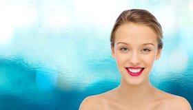 Πρόσωπο και ώμοι γυναικών χαμόγελου νέοι Στοκ φωτογραφία με δικαίωμα ελεύθερης χρήσης