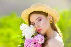 Πρόσωπο και skincare Ταξίδι το καλοκαίρι Θερινό κορίτσι με μακρυμάλλη Γυναίκα με τη μόδα makeup E Άνοιξη και στοκ εικόνα