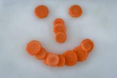 Πρόσωπο καρότων, τεμαχισμένα κομμάτια καρότων που κάνει ένα αστείο πρόσωπο χαμόγελου Στοκ Φωτογραφίες