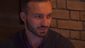 Πρόσωπο κινηματογραφήσεων σε πρώτο πλάνο ενός νέου γενειοφόρου τύπου απόθεμα βίντεο