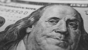 Πρόσωπο κινηματογραφήσεων σε πρώτο πλάνο λογαριασμών εκατό δολαρίων του Ben Franklin σε γραπτό Στοκ Φωτογραφίες