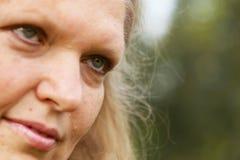 Πρόσωπο κινηματογραφήσεων σε πρώτο πλάνο της ανώτερης γυναίκας Στοκ φωτογραφία με δικαίωμα ελεύθερης χρήσης