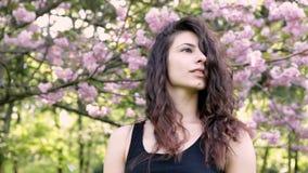Πρόσωπο κινηματογραφήσεων σε πρώτο πλάνο της προκλητικής νέας γυναίκας χορευτών στο πάρκο απόθεμα βίντεο
