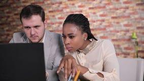 Πρόσωπο κινηματογραφήσεων σε πρώτο πλάνο του νέου σοβαρού επιχειρηματία που παρουσιάζουν κάτι στην αμερικανική επιχειρηματία afro απόθεμα βίντεο