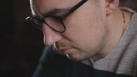Πρόσωπο κινηματογραφήσεων σε πρώτο πλάνο των σοβαρών ατόμων που εργάζονται σε ένα lap-top Ο συγγραφέας εργάζεται σε ένα lap-top σ απόθεμα βίντεο