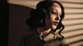 Πρόσωπο κινηματογραφήσεων σε πρώτο πλάνο της όμορφης γυναίκας με τις κυματίζοντας μαύρες τρίχες σε σε αργή κίνηση φιλμ μικρού μήκους