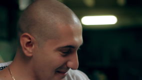 Πρόσωπο κινηματογραφήσεων σε πρώτο πλάνο του χαμογελώντας ατόμου απόθεμα βίντεο