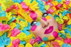 Πρόσωπο κοριτσιών στα πέταλα λουλουδιών στοκ εικόνα