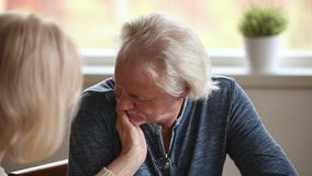 Πρόσωπο κτυπήματος συζύγων φροντίδας του ανώτερου συζύγου που φιλά το χέρι της φιλμ μικρού μήκους
