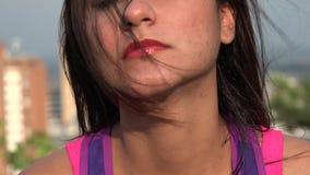 Πρόσωπο μιας γυναίκας τη θυελλώδη ημέρα απόθεμα βίντεο