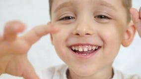 Πρόσωπο μιας ευτυχούς κινηματογράφησης σε πρώτο πλάνο παιδιών, που προκύπτει από την εστίαση καμερών απόθεμα βίντεο
