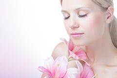 Πρόσωπο μιας όμορφης γυναίκας με τον κρίνο στοκ εικόνες