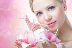 Πρόσωπο μιας όμορφης γυναίκας με τον κρίνο στοκ φωτογραφίες