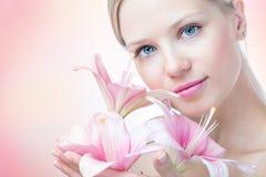 Πρόσωπο μιας όμορφης γυναίκας με τον κρίνο στοκ φωτογραφία