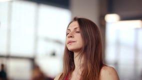 Πρόσωπο μιας όμορφης γυναίκας που περπατά treadmill επιλύοντας σε μια γυμναστική Υγιής τρόπος ζωής Καμία σύνθεση φιλμ μικρού μήκους