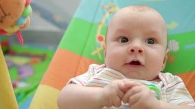 πρόσωπο μωρών έκπληκτο Συγκίνηση μωρών νηπίων Κλείστε επάνω του αστείου προσώπου μωρών φιλμ μικρού μήκους