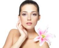 Πρόσωπο ομορφιάς της γυναίκας με το λουλούδι στοκ φωτογραφία