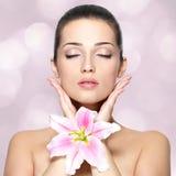 Πρόσωπο ομορφιάς της όμορφης γυναίκας με το λουλούδι. Επεξεργασία ομορφιάς concep Στοκ εικόνες με δικαίωμα ελεύθερης χρήσης