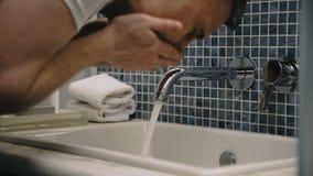 Πρόσωπο πλύσης ατόμων συγκομιδών στο νεροχύτη απόθεμα βίντεο