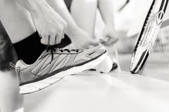 Πρόσωπο που δένει το παπούτσι του πριν από ένα παιχνίδι της αντισφαίρισης Στοκ φωτογραφία με δικαίωμα ελεύθερης χρήσης