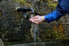 Πρόσωπο που αναζωογονείται με το νερό - κινηματογράφηση σε πρώτο πλάνο Στοκ Φωτογραφία