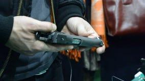 Πρόσωπο που κρατά ένα πυροβόλο όπλο διαθέσιμο απόθεμα βίντεο