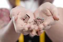 Πρόσωπο που κρατά τα διάφορα ράβοντας εργαλεία στα χέρια Στοκ φωτογραφίες με δικαίωμα ελεύθερης χρήσης