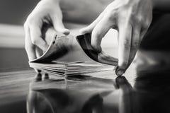 Πρόσωπο που μεταθέτει μια γέφυρα των καρτών στοκ εικόνες με δικαίωμα ελεύθερης χρήσης