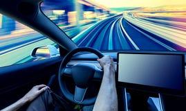 Πρόσωπο που οδηγεί ένα νέο ηλεκτρικό όχημα στοκ εικόνα με δικαίωμα ελεύθερης χρήσης