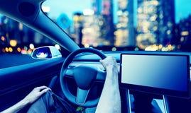 Πρόσωπο που οδηγεί ένα νέο ηλεκτρικό όχημα στοκ φωτογραφία με δικαίωμα ελεύθερης χρήσης